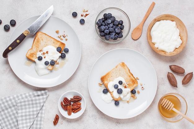 Vista superior delicioso café da manhã na mesa