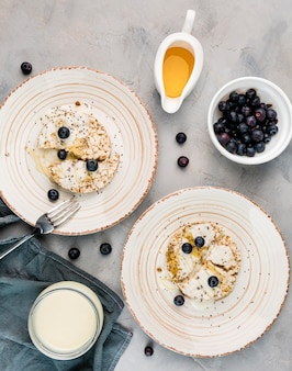 Vista superior delicioso café da manhã pronto para ser servido