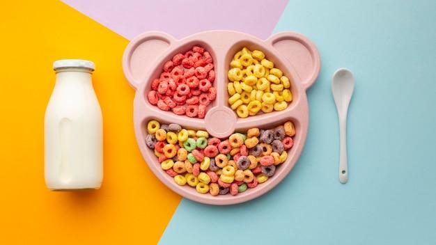 Vista superior delicioso cereal com leite e colher