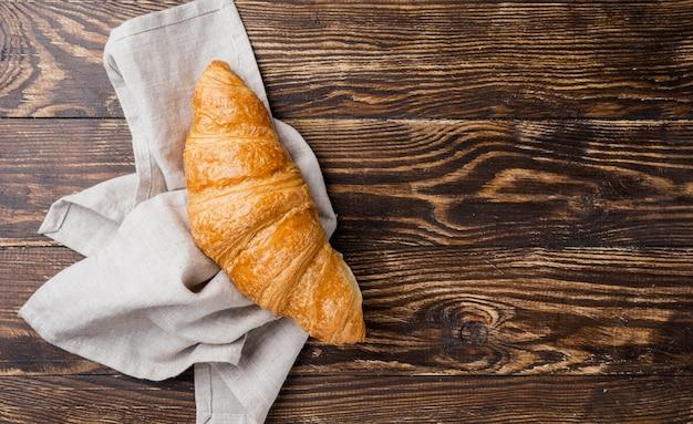 Vista superior delicioso croissant em pano
