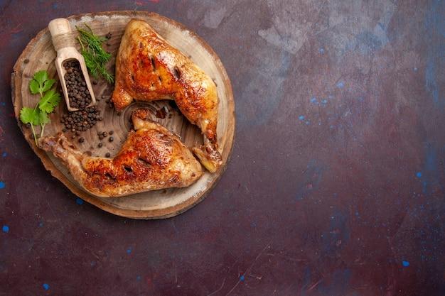 Vista superior delicioso frango frito com pimenta no espaço escuro