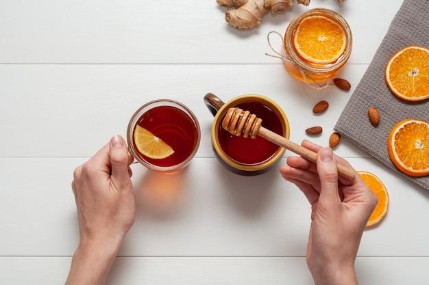 Vista superior delicioso mel com fatias de laranja