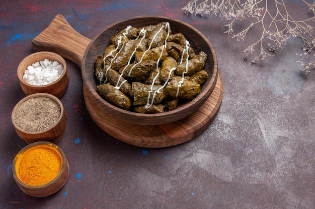 Vista superior delicioso prato de carne dolma com diferentes temperos em um fundo escuro prato de jantar comida caloria de carne