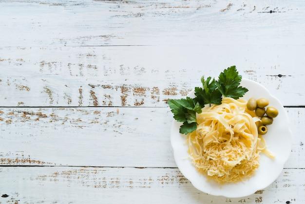 Vista superior delicioso prato de massa na mesa branca