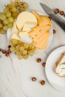 Vista superior delicioso queijo com uvas