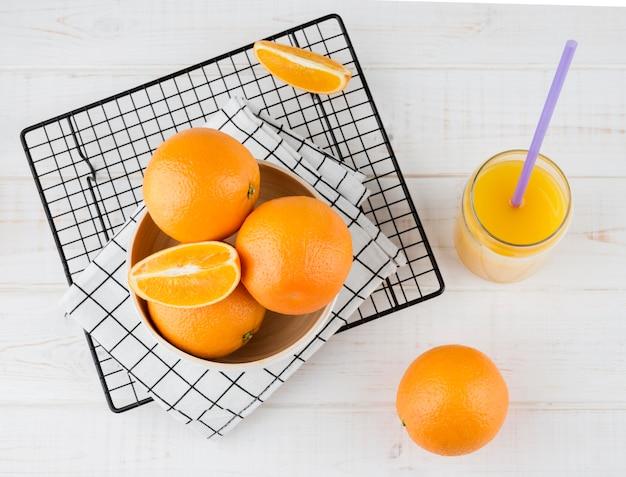 Vista superior delicioso suco de laranja pronto para ser servido