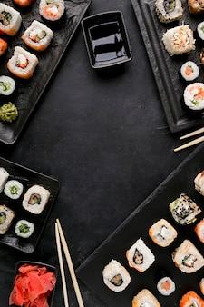Vista superior delicioso sushi e molho