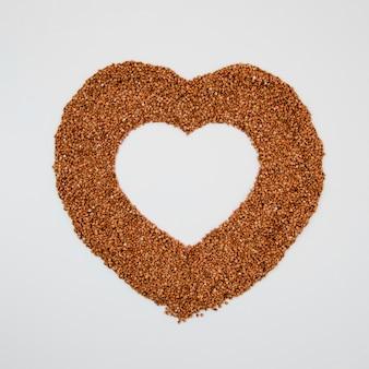 Vista superior delicioso trigo mourisco em forma de coração