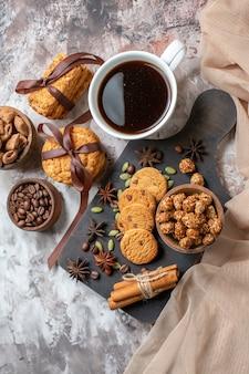 Vista superior deliciosos biscoitos doces com sementes de café e xícara de café na mesa de luz