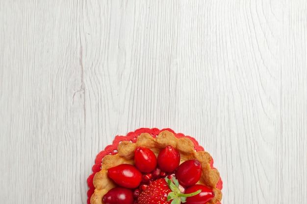 Vista superior deliciosos bolinhos com frutas na mesa branca