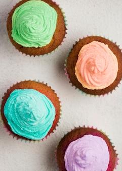 Vista superior deliciosos bolos com esmalte colorido