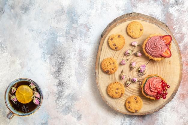 Vista superior deliciosos bolos cremosos com chá Foto gratuita