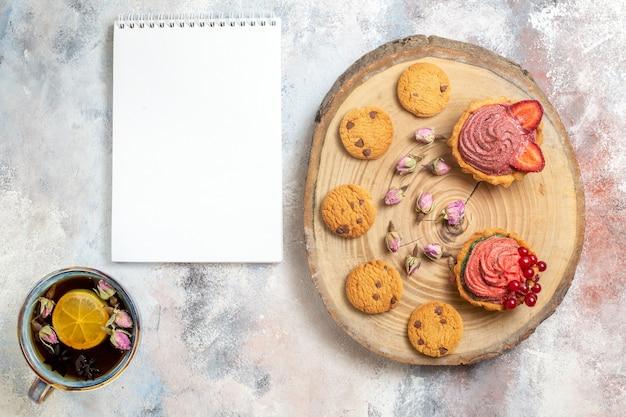 Vista superior deliciosos bolos cremosos com chá