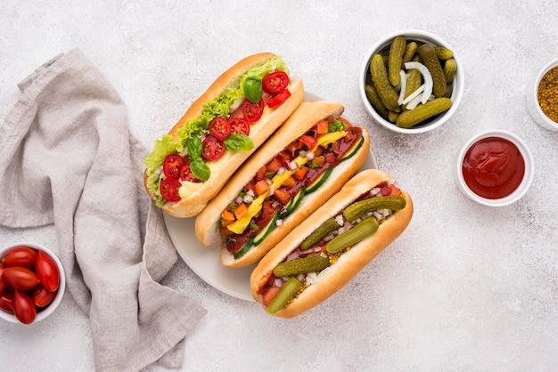 Vista superior deliciosos cachorros-quentes com vegetais