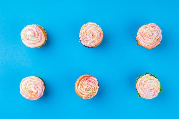 Vista superior deliciosos cupcakes