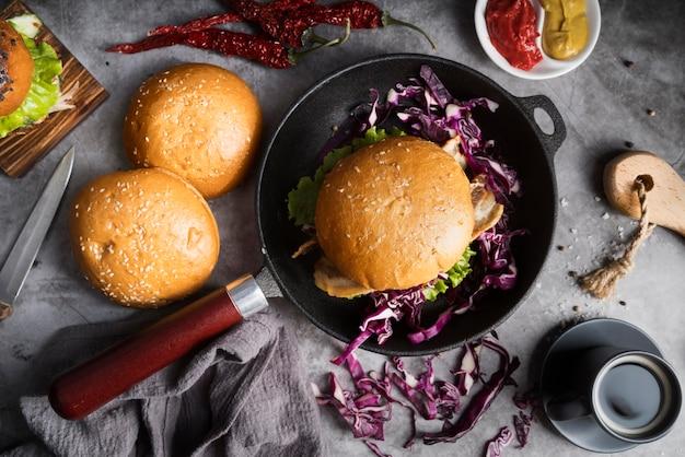 Vista superior deliciosos hambúrgueres