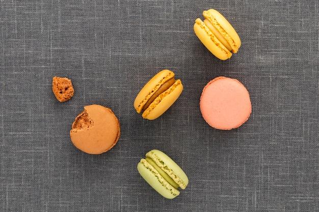 Vista superior deliciosos macarons em cima da mesa
