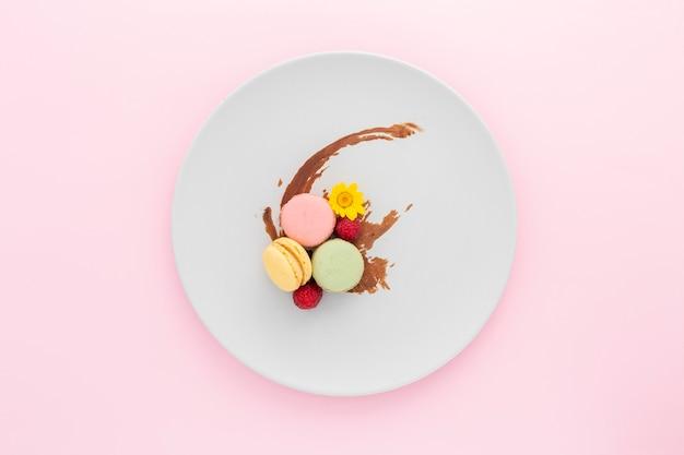 Vista superior deliciosos macarons num prato
