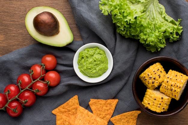 Vista superior deliciosos nachos com guacamole