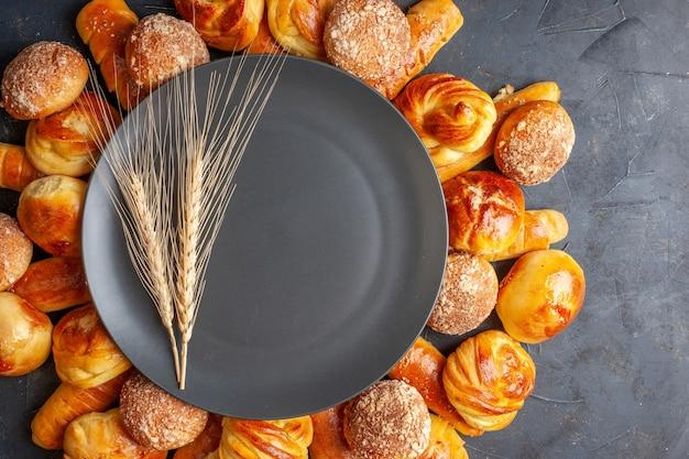 Vista superior deliciosos pães doces em fundo escuro