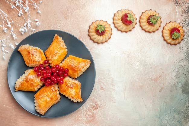 Vista superior deliciosos pastéis doces com frutas vermelhas em torta de massa doce