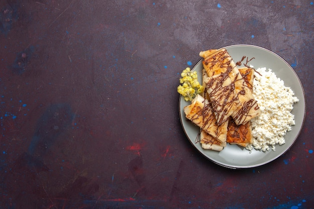 Vista superior deliciosos pastéis doces com queijo cottage no fundo escuro biscoitos biscoito açúcar doce bolo chá