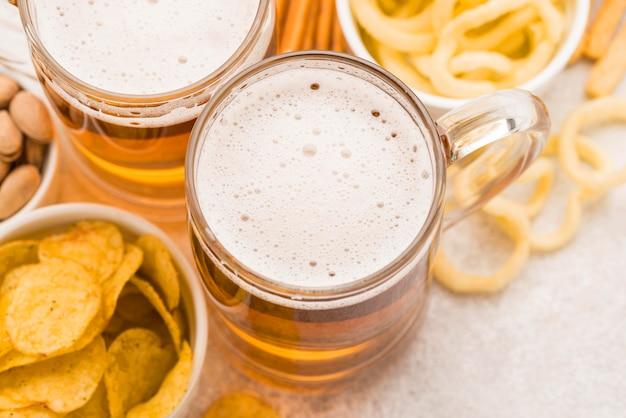 Vista superior deliciosos petiscos e cervejas