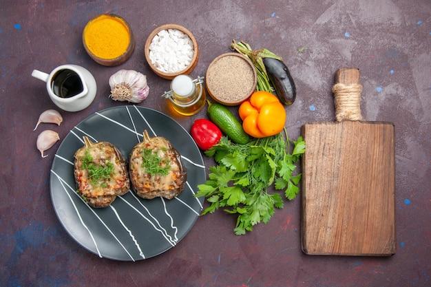 Vista superior deliciosos pimentões cozidos refeição de vegetais com carne moída e verduras no fundo escuro prato refeição jantar assar cor caloria