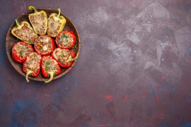 Vista superior deliciosos pimentões saborosos prato cozido com carne no fundo escuro prato de jantar carne assar comida sal