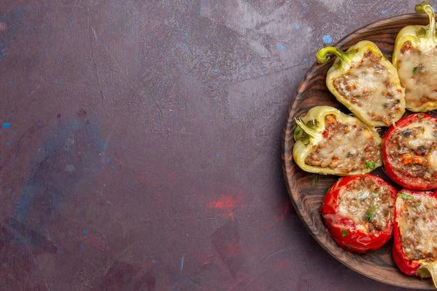 Vista superior deliciosos pimentões saborosos prato cozido com carne no fundo escuro prato de jantar carne assar sal
