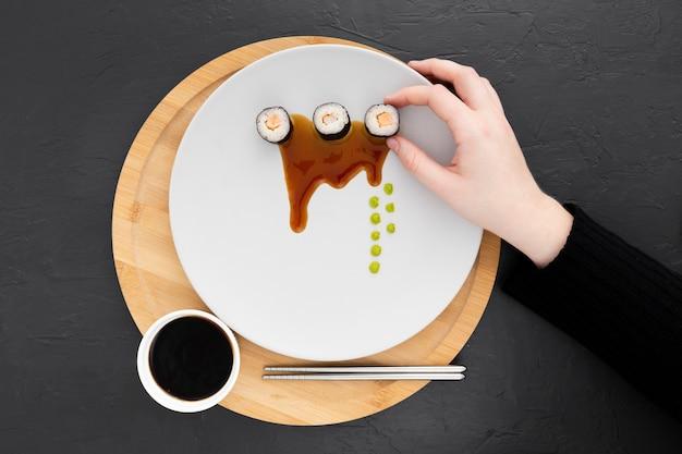 Vista superior deliciosos rolos de sushi com molho de soja