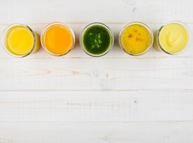 Vista superior deliciosos smoothies exóticos com espaço de cópia