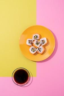 Vista superior deliciosos sushi e molho de soja