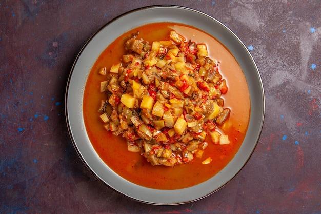 Vista superior deliciosos vegetais cozidos fatiados com molho em fundo escuro molho sopa comida refeição vegetais