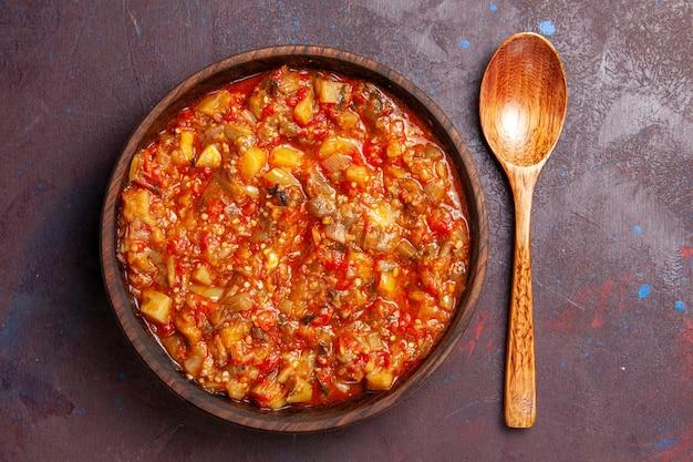 Vista superior deliciosos vegetais cozidos fatiados com molho em fundo escuro refeição de molho de sopa comida de vegetais