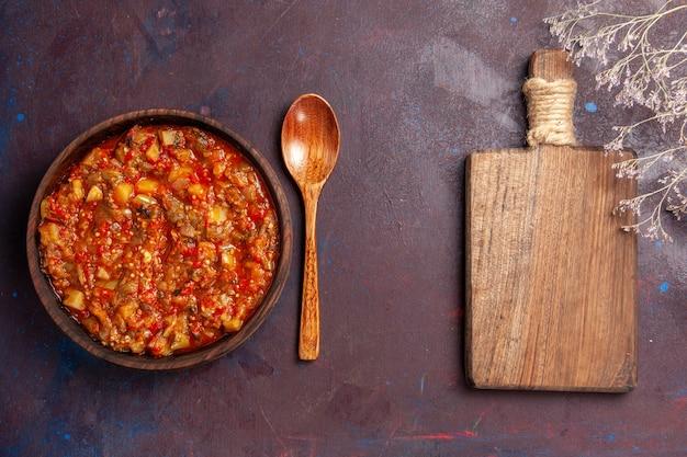 Vista superior deliciosos vegetais cozidos fatiados com molho na mesa escura refeição molho de sopa comida de vegetais