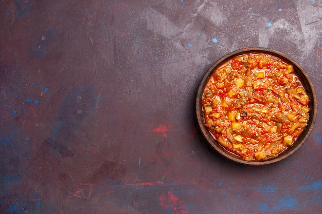 Vista superior deliciosos vegetais cozidos fatiados com molho no fundo escuro comida molho sopa refeição vegetais