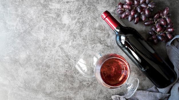 Vista superior deliciosos vinhos e uvas orgânicas