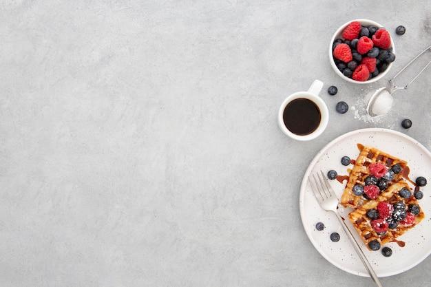 Vista superior deliciosos waffles doces no prato