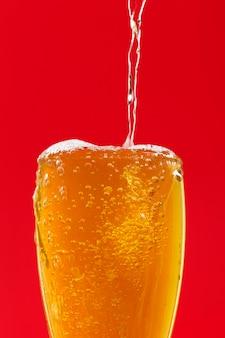 Vista superior, derramando cerveja