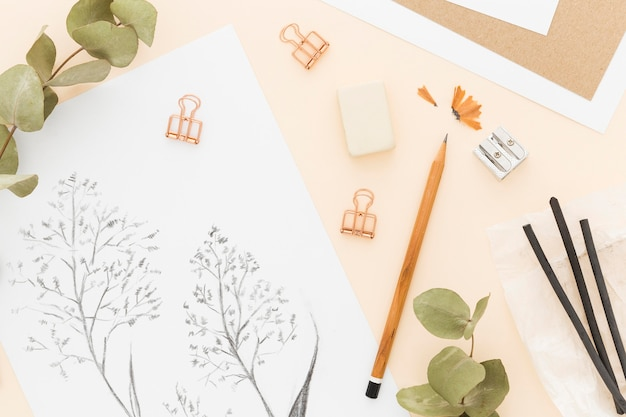 Vista superior, desenho a lápis em cima da mesa