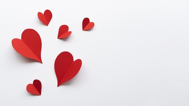 Vista superior diferentes formas de coração na mesa