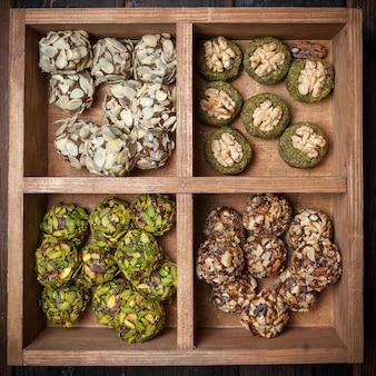 Vista superior diferentes tipos de biscoitos de pistache em caixa de madeira.