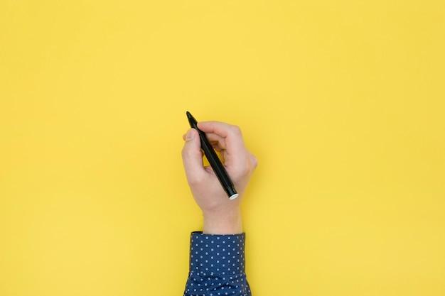 Vista superior direita segurando uma caneta