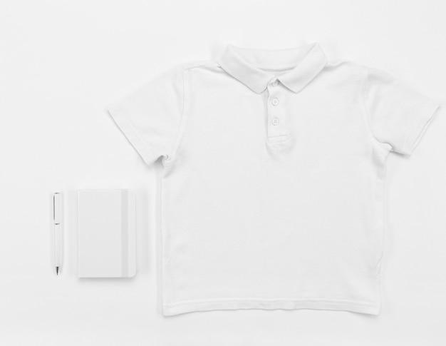 Vista superior disposição de camisa e caderno
