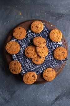 Vista superior distante. deliciosos biscoitos de chocolate gostosos no fundo cinza escuro.