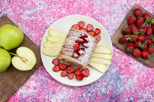 Vista superior distante rolar fatias de bolo com frutas diferentes dentro de um prato branco no chão roxo