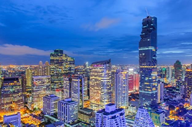 Vista superior distrito financeiro de banguecoque, edifício comercial e centro comercial no sudeste asiático