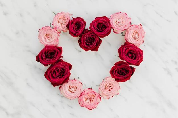 Vista superior do adorável coração rosa