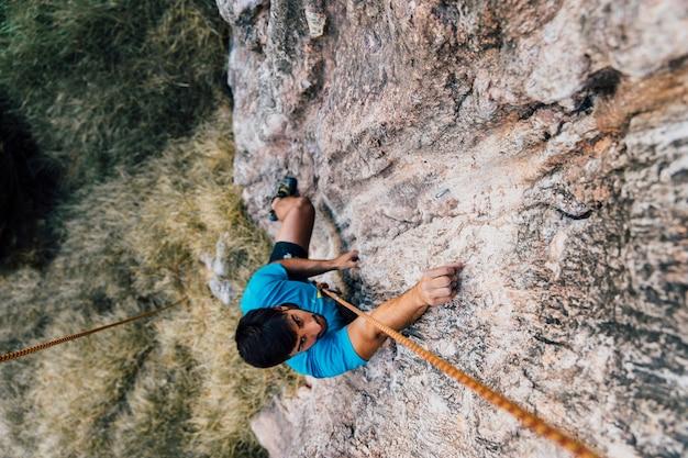 Vista superior do alpinista no rock
